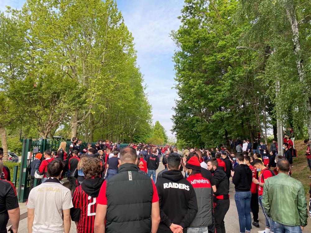 Tifosi rossoneri a Milanello